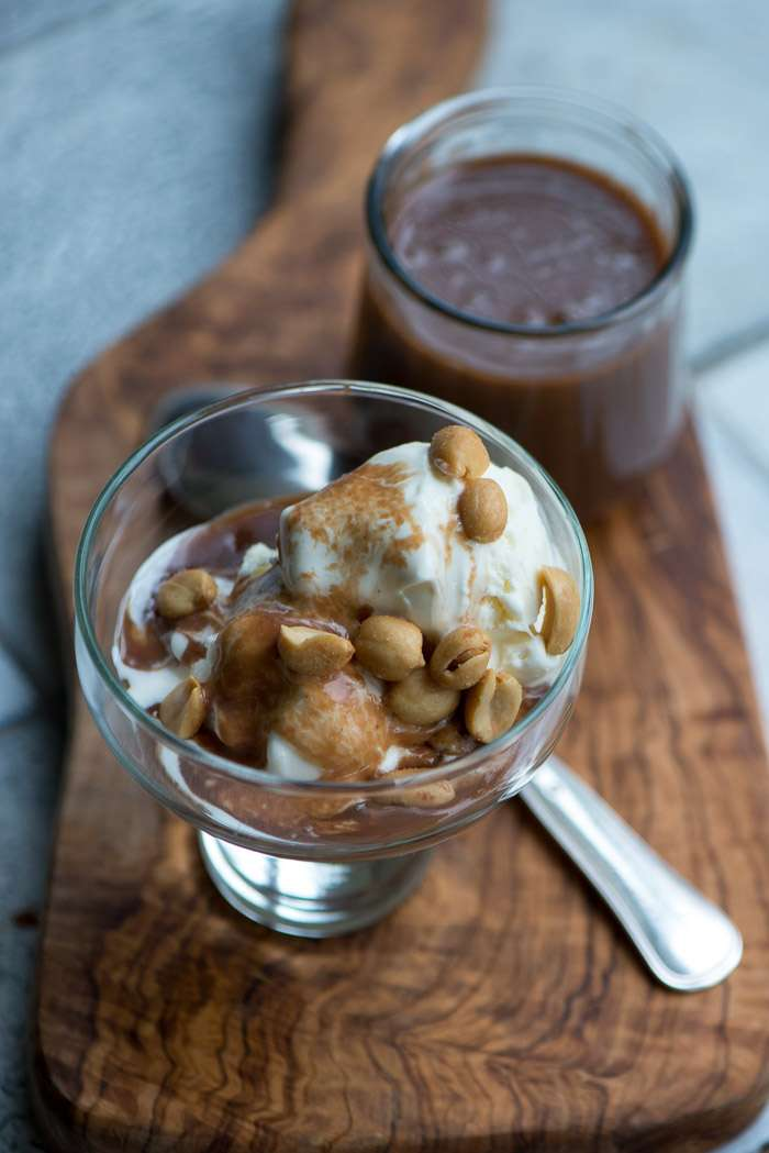 Opskrift på peanut chokolade sovs. Skøn til is og pandekager.