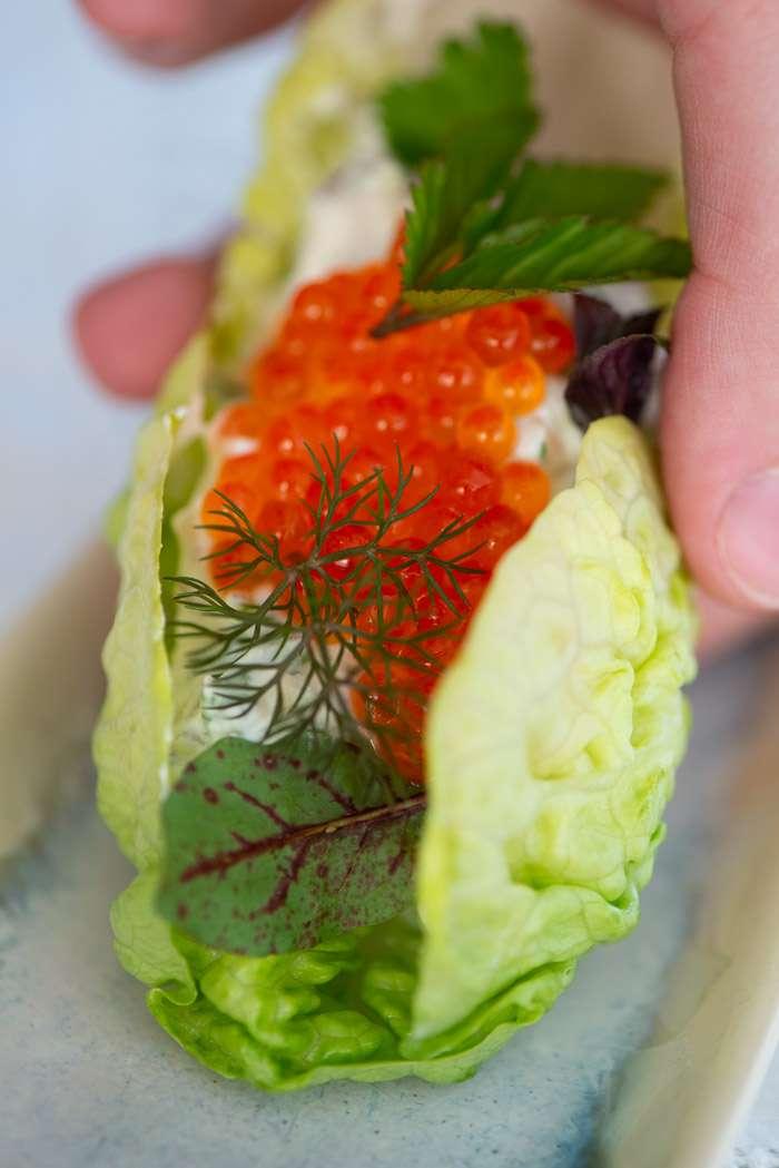Opskrift på sommersalat med ørredrogn og sprød salat