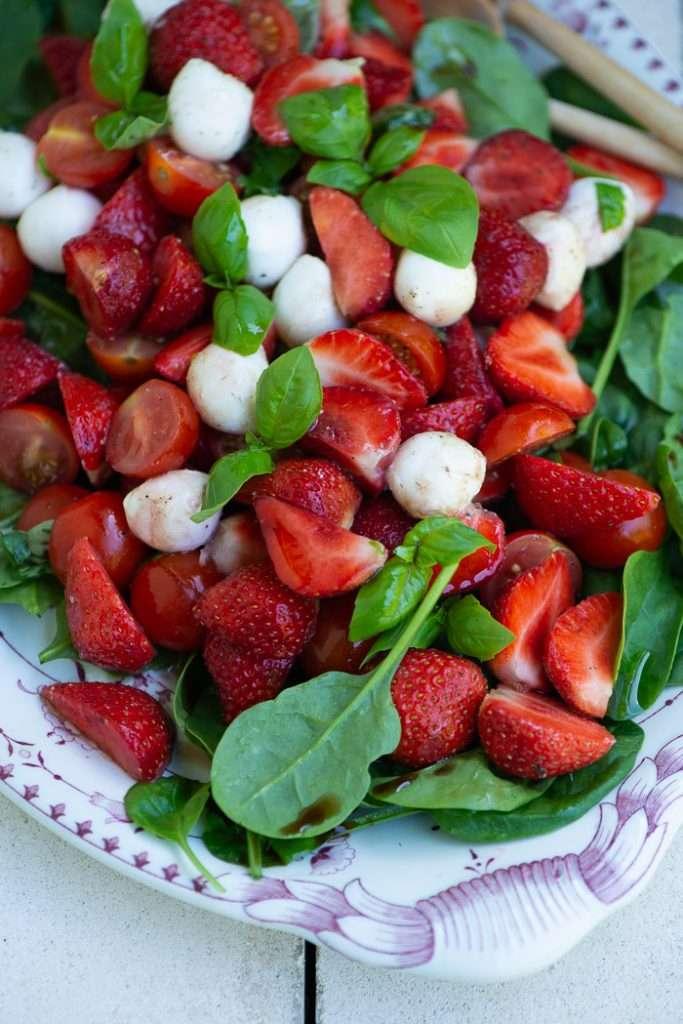 Opskrift på salat med tomater og jordbær