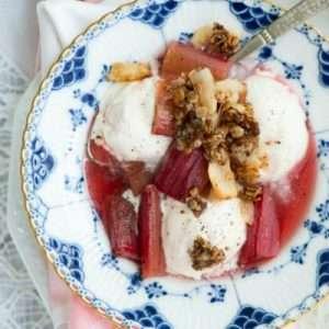 Opskrift på dessert med bagte rabarber